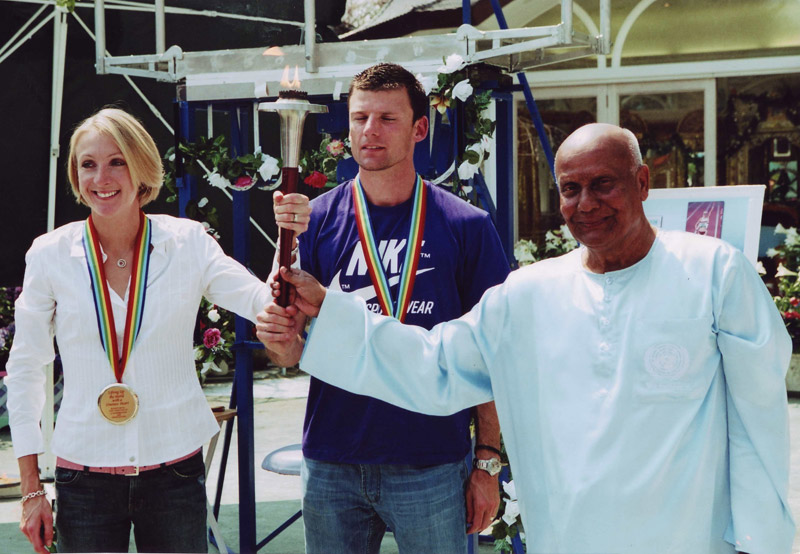 Sri Chinmoy honours Paula Radcliffe and her husband in New York as part of the Lifting up the World with a Oneness Heart programme.